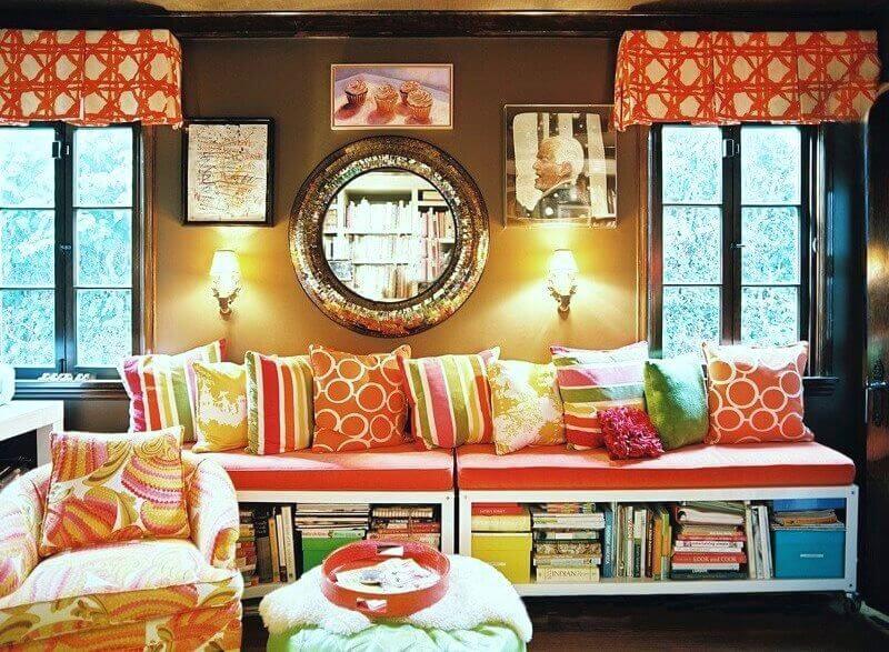 Разноцветный интерьер, подушки на диване