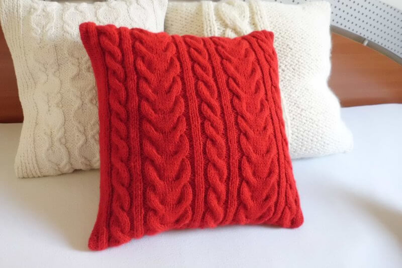 Декоративные подушки спицами своими руками 16