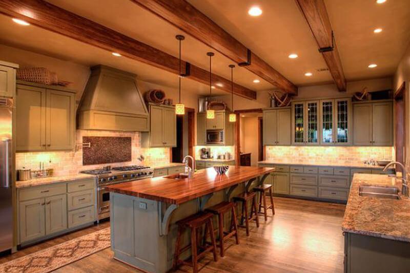 Дизайн потолка кухни с балками