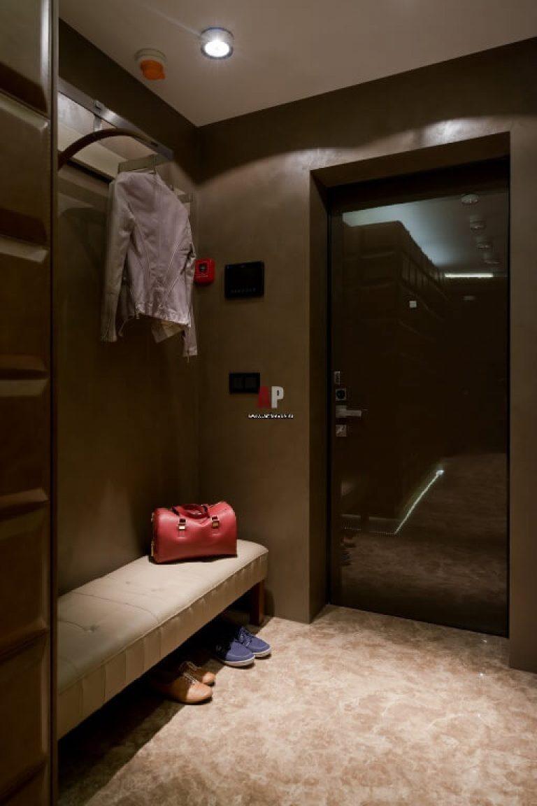 Маленькая прихожая дизайн в квартире с зеркалом и вешалкой