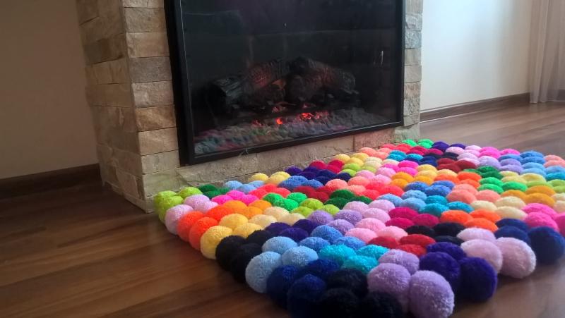 Ковер из разноцветных помпончиков