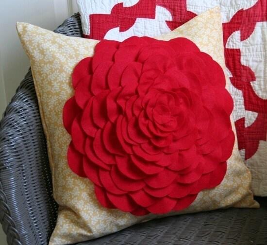 Подушка в романтическом стиле