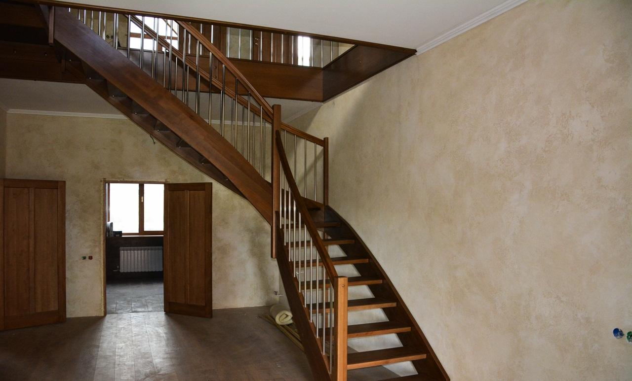 Лестница на тетивах в частном доме