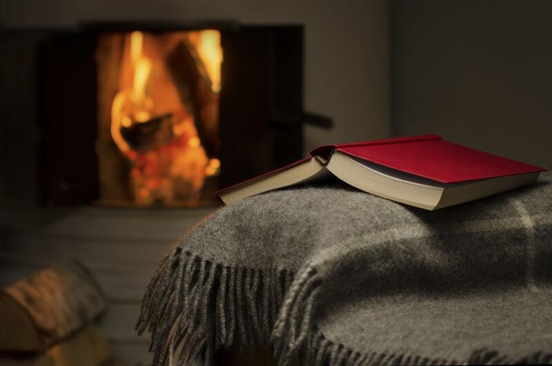 Плед, книга, камин