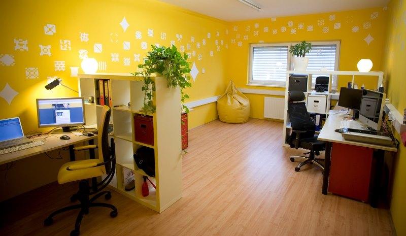 Желтые стены