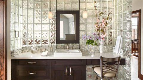 Стеклянные блоки — яркая доминанта интерьера