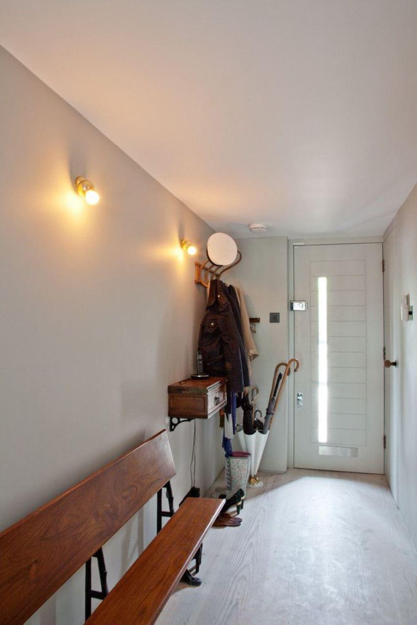 Белые двери в интерьере прихожей