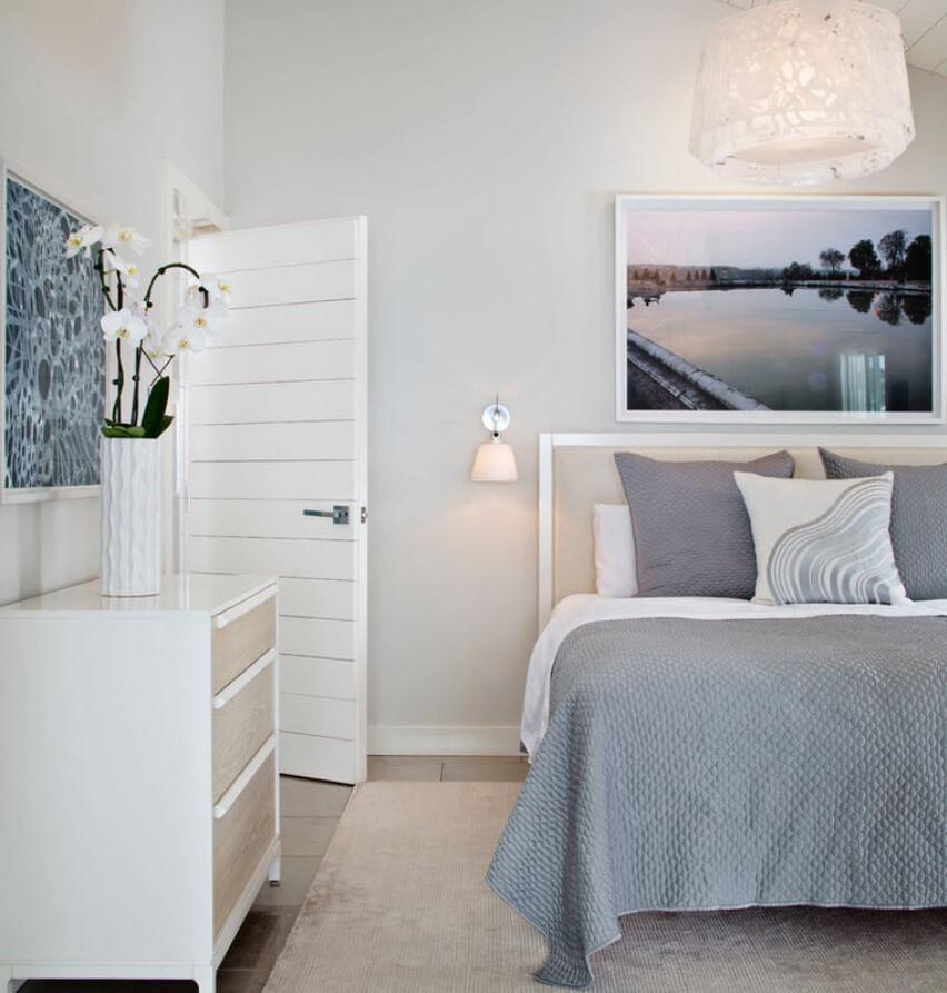 Белые двери в интерьере спальни