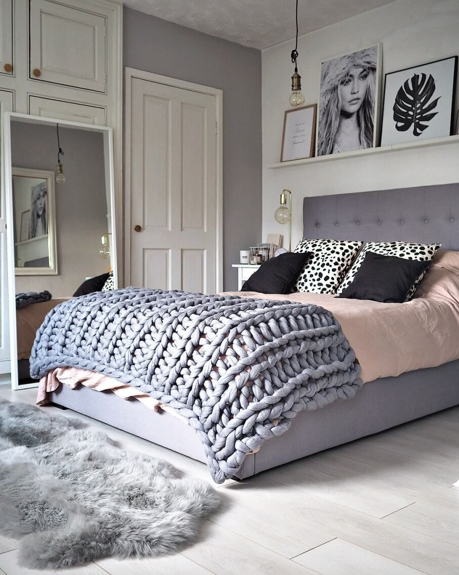 Покрывало крупной вязки на кровати