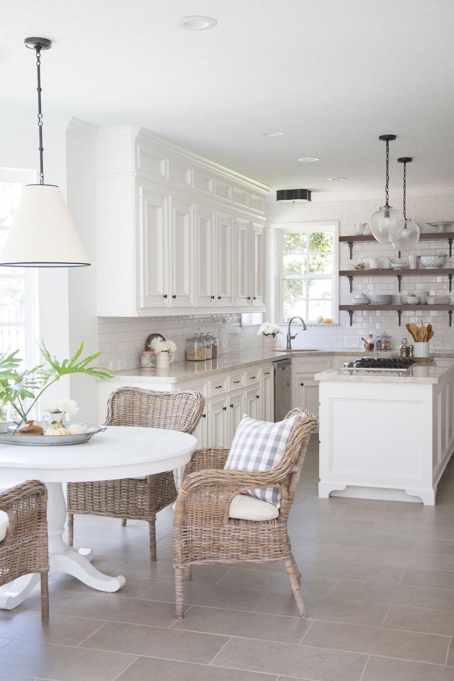Кухня в светлых цветах