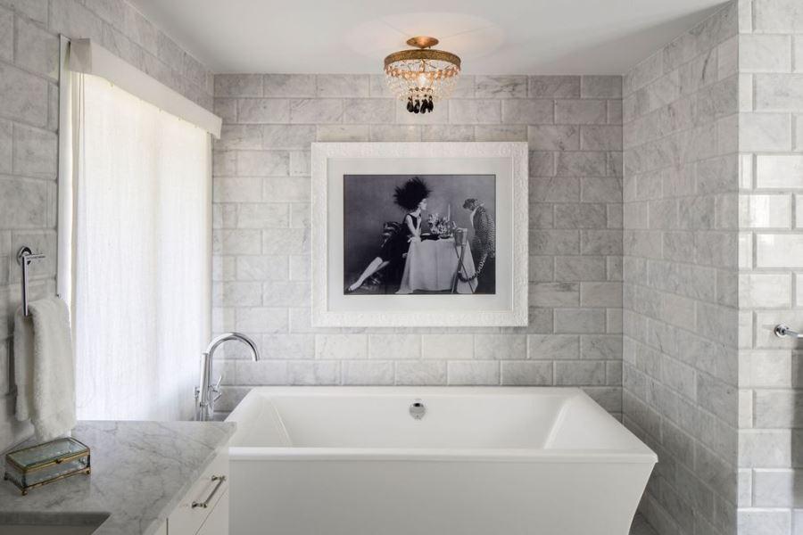 Шикарная ванная комната с картиной