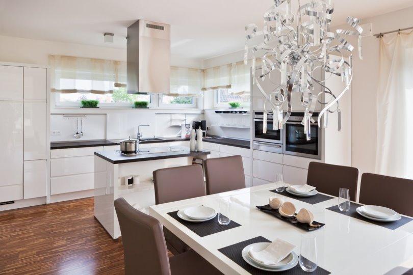 Дизайн белой угловой кухни с островом