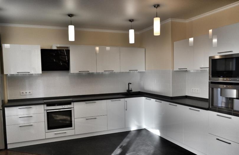 Дизайн угловой кухни с вентиляционным коробом