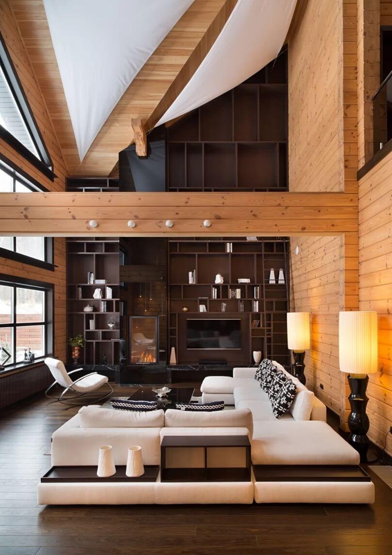 Гостиная в доме с высокими потолками
