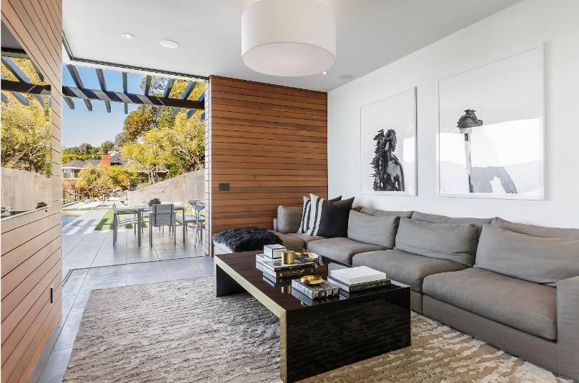 Большой прямой диван в гостиной