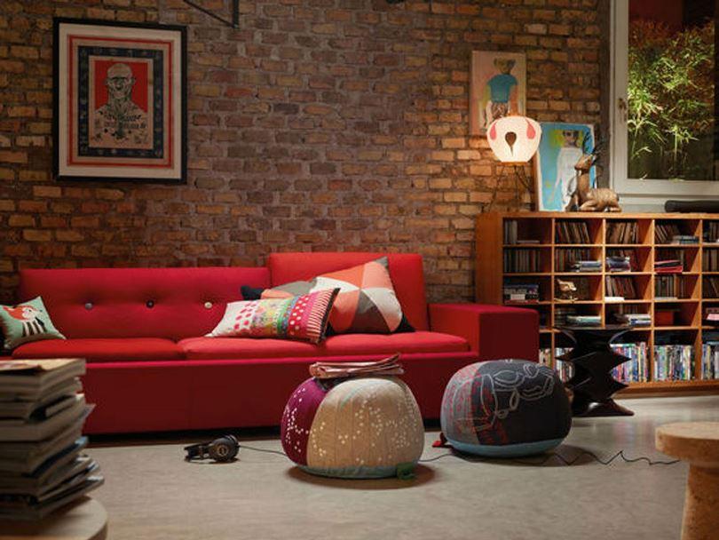 Красный диван в интерьере в стиле лофт