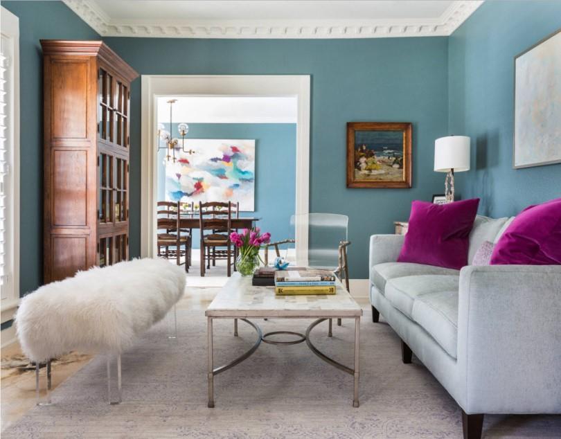 Белый диван и голубые стены