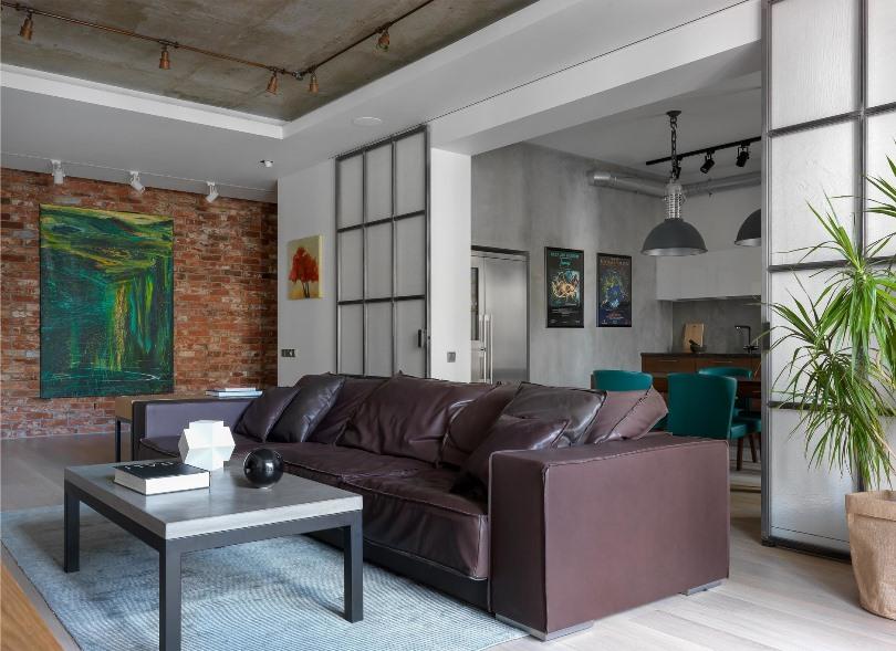 Кожаный коричневый диван в гостиной