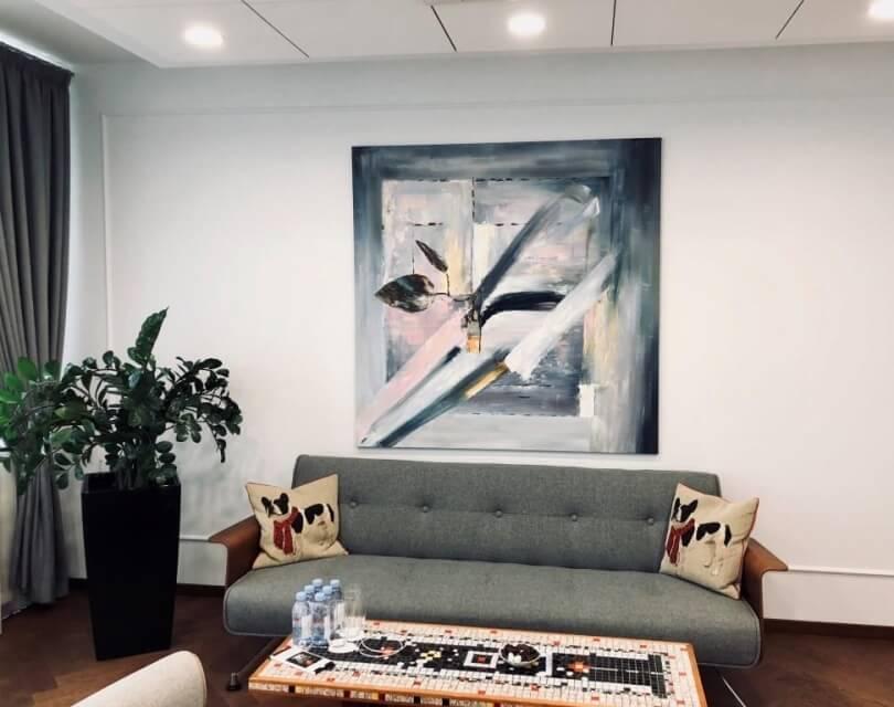 Картина в интерьере гостиной над диваном