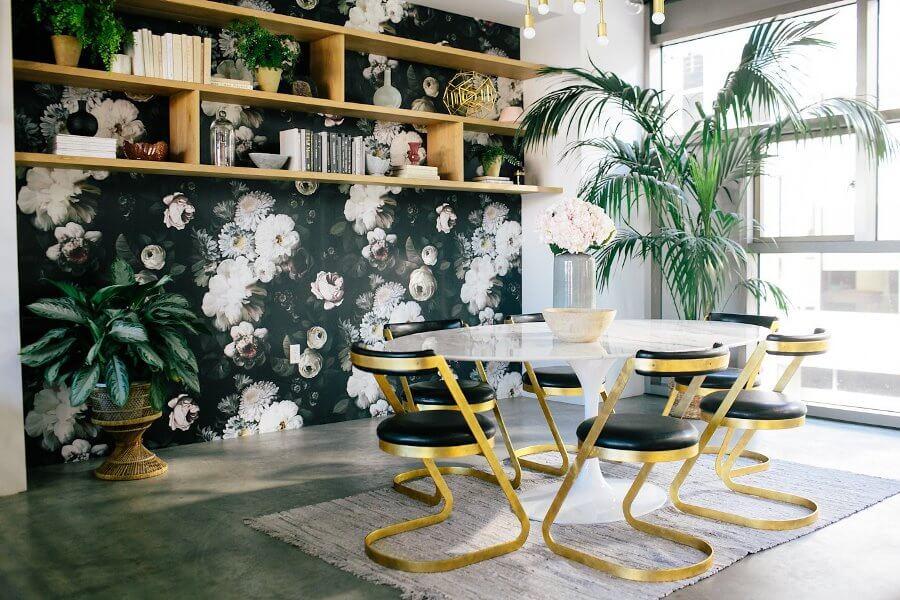 Обои с цветами в интерьере столовой