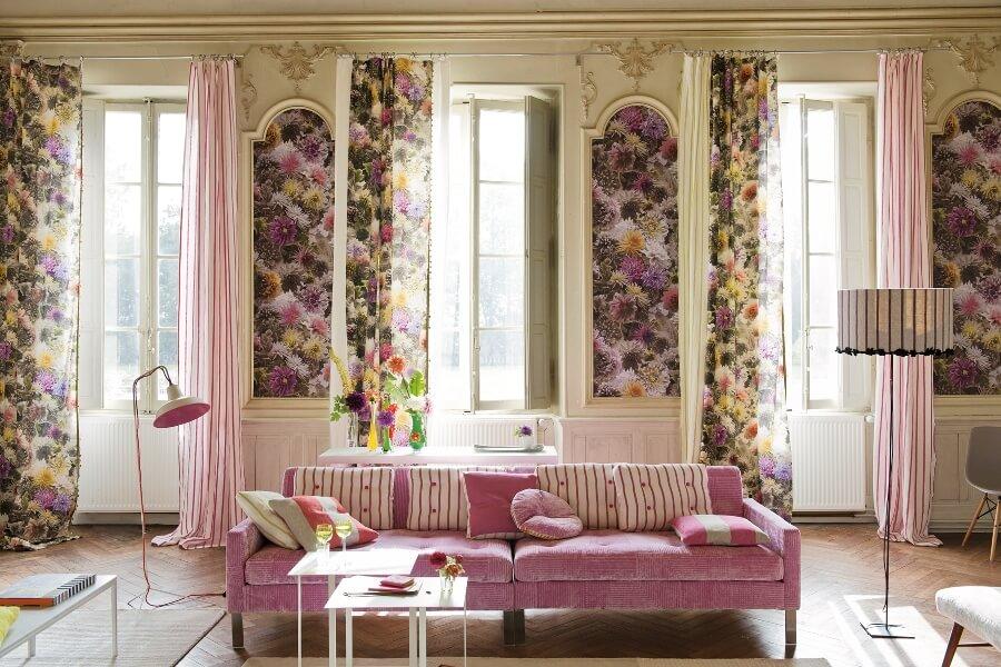 Обои с цветами в интерьере гостиной
