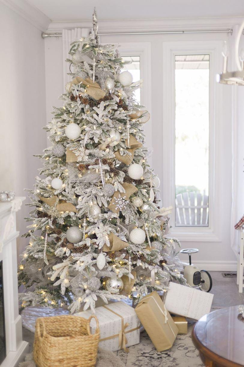 Украшение новогодней елки в белом цвете