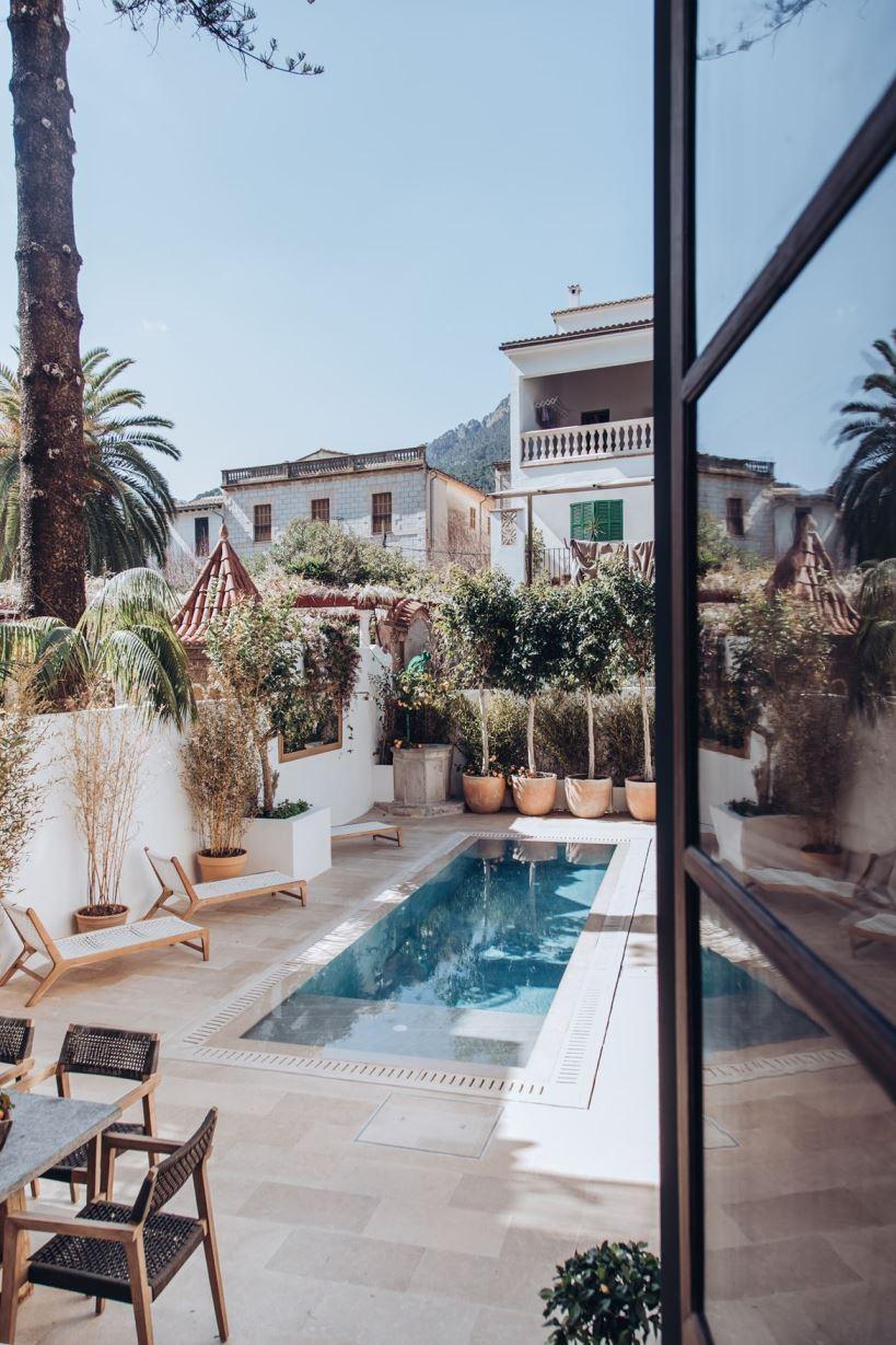 Выход к бассейну в Испании