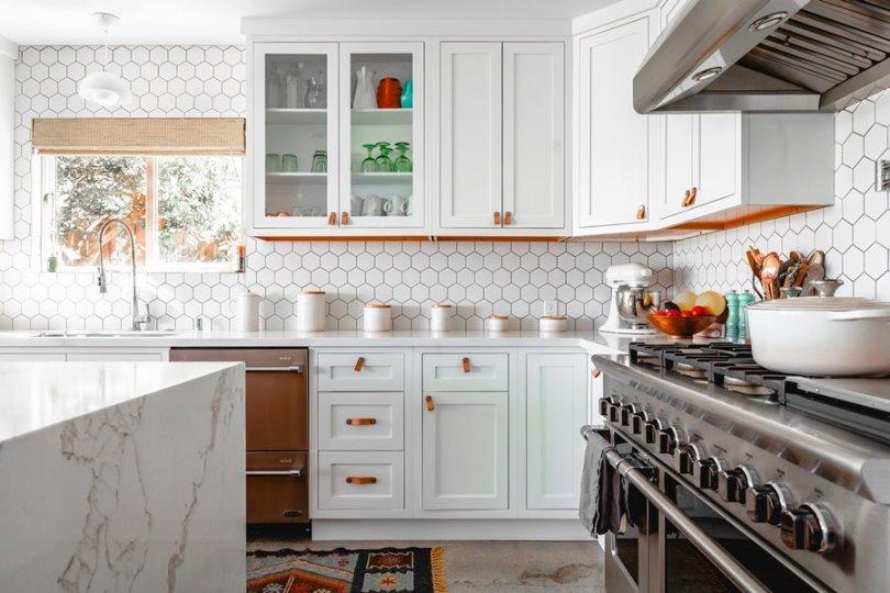 Интерьер белой современной кухни