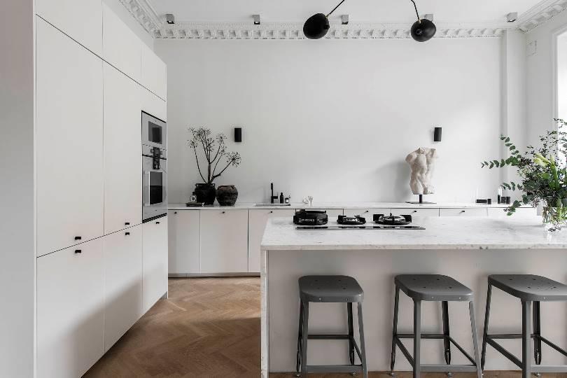 Белая кухня с островом в стиле минимализм