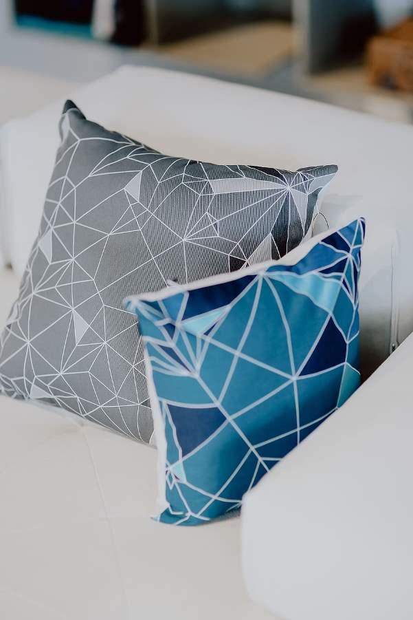 Современные подушки на диван