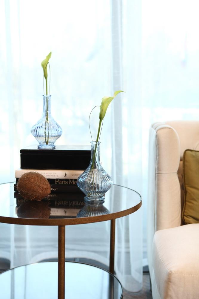 Столик с книгами и вазами