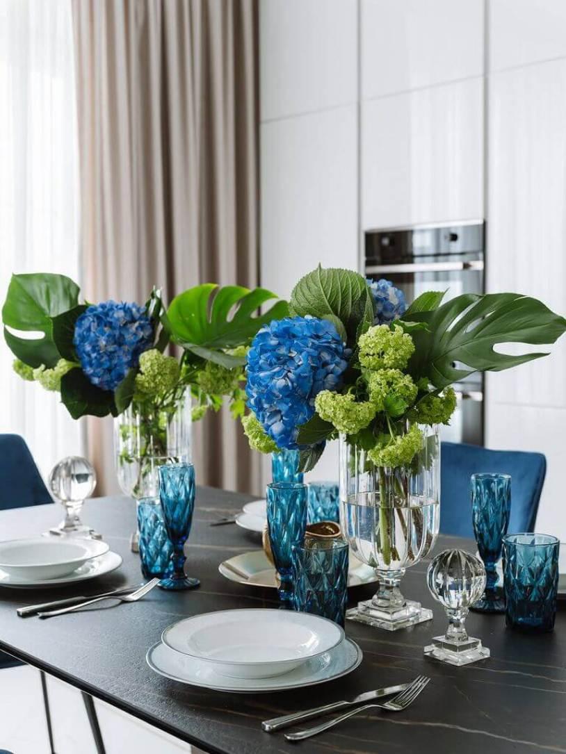 Стол с цветами
