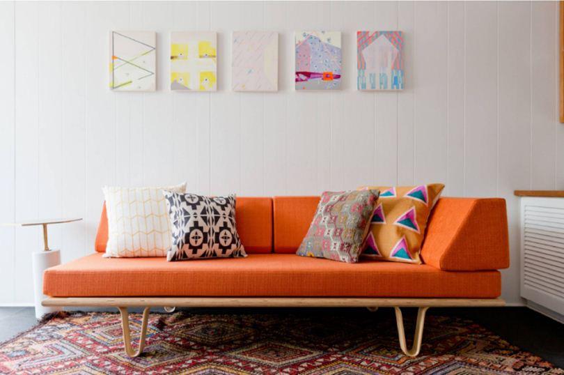 Яркие подушки на диване