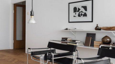 Стеклянный столик на ковре
