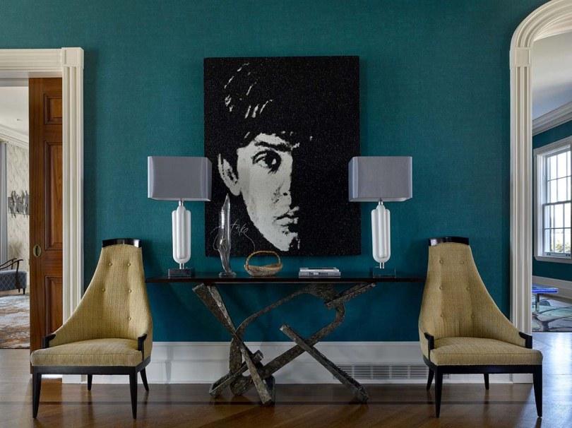 Два кресла и черно-белая картина