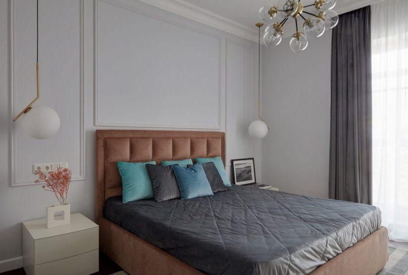 Бирюзовые подушки на кровате