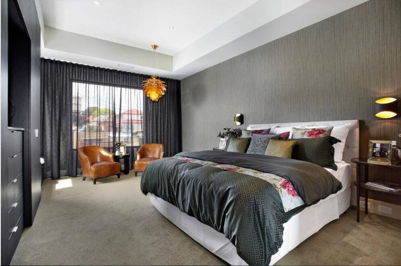 Спальня с оранжевой люстрой