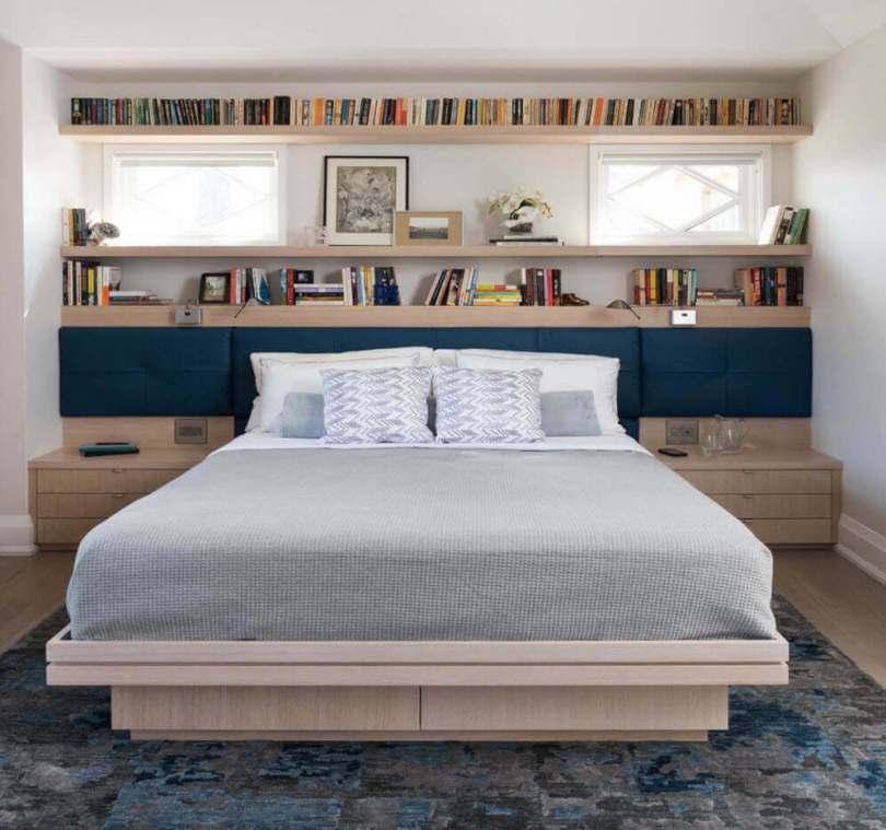 Книжные полки над кроватью