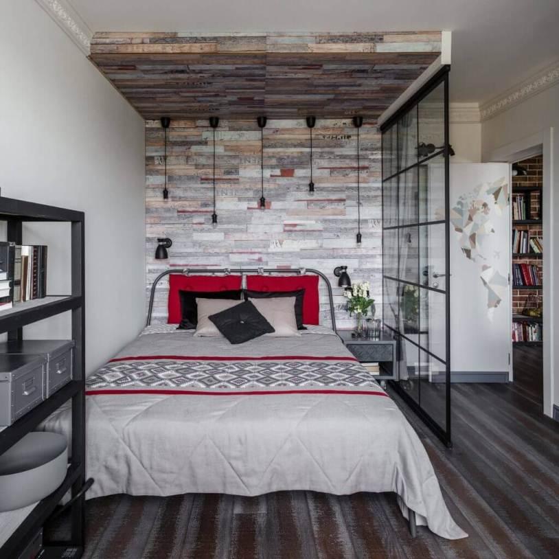 Красные подушки на кровате