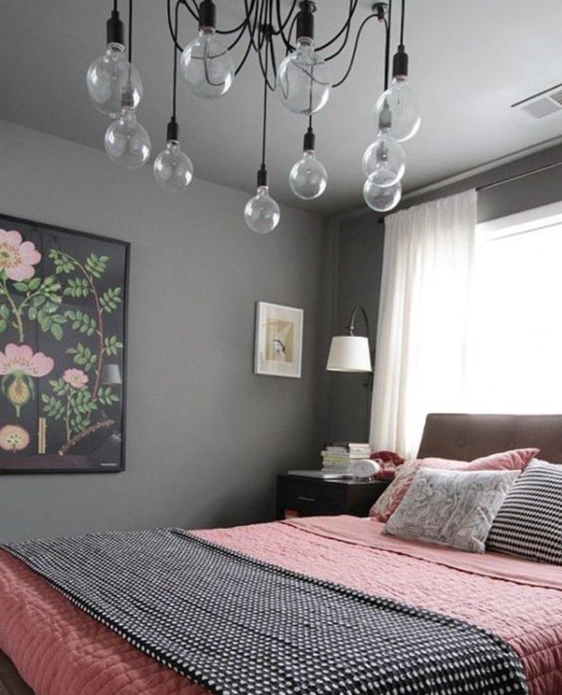 Розовое покрывало на кровате