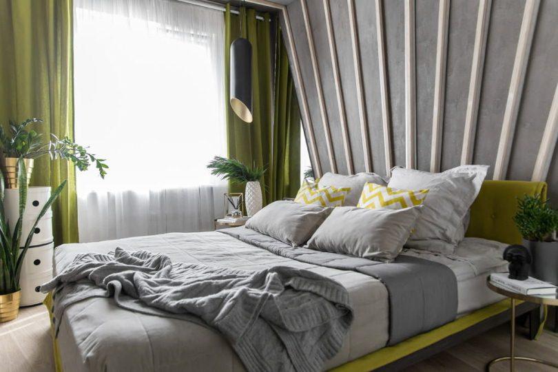 Спальня в зеленых тонах с цветами