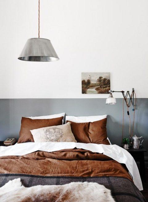 Кровать с коричневыми подушками