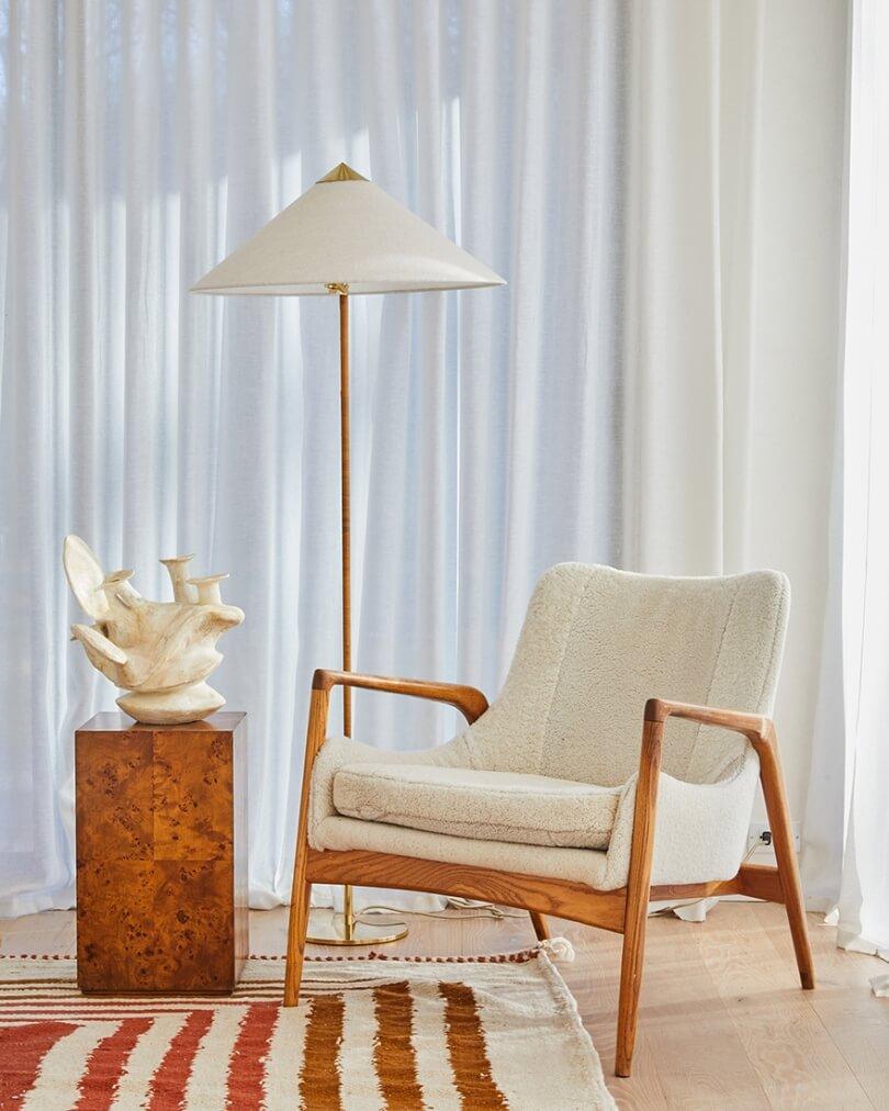 Кресло и светильник