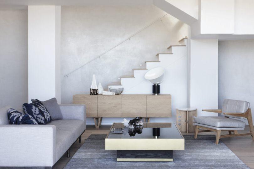 Гостинная возле лестницы