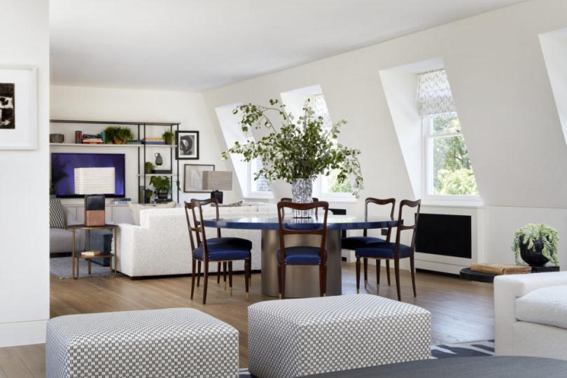 Мягкие пуфики и круглый стол