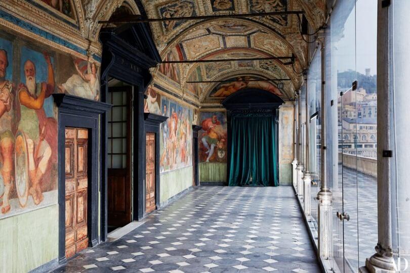 Коридор с картинами и большими окнами