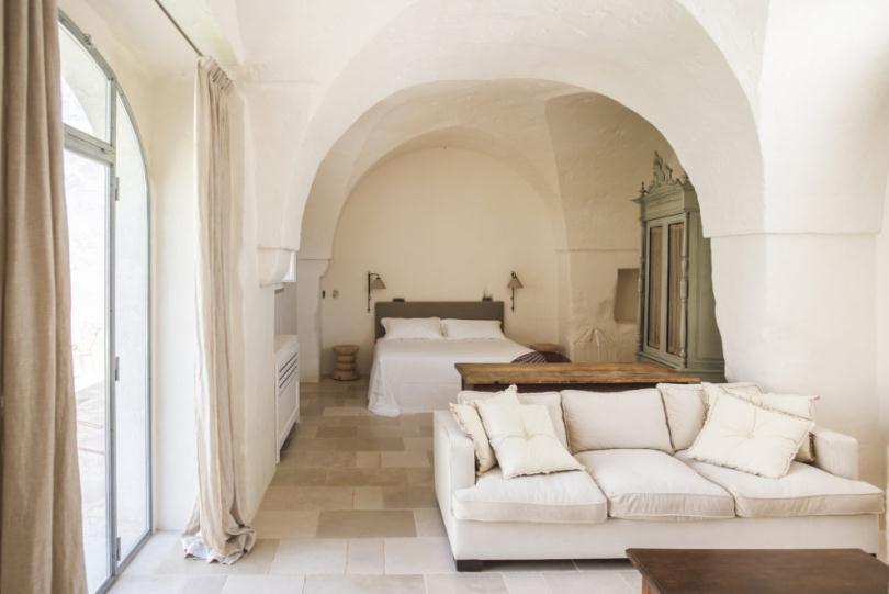Белый диван и кровать