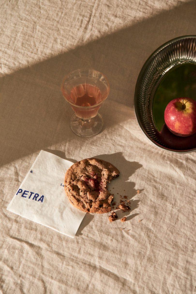 Овсяное печенье на столе