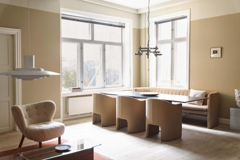 Прямоугольный стол возле окна
