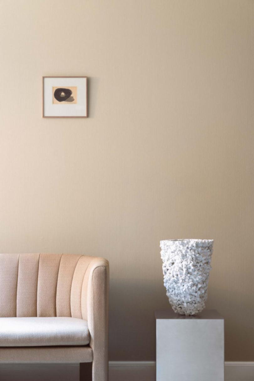 Белая ваза возле дивана